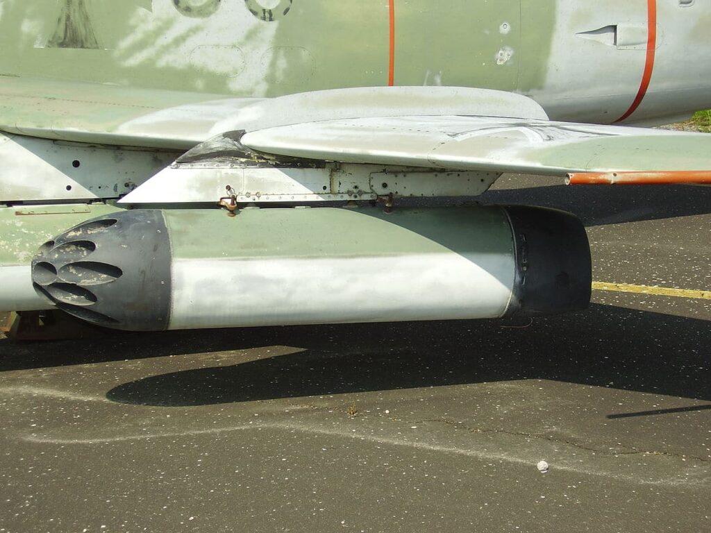 Imagen de un avión de combate verde G.91 italiano con un lanzacohetes