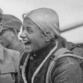 Hanna Reitsch ataviada con un uniforme de piloto de la época