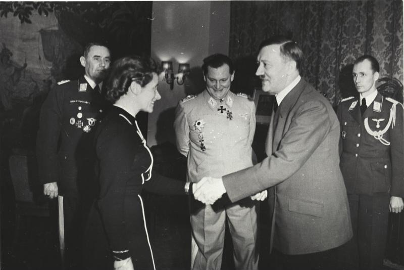 Imagen de la ceremonia en la que Hanna es galardonada con la cruz de hierro del régimen nazi