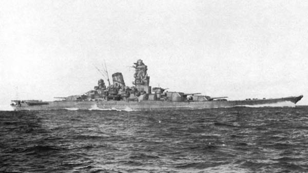 Acorazado Musashi navegando por el mar
