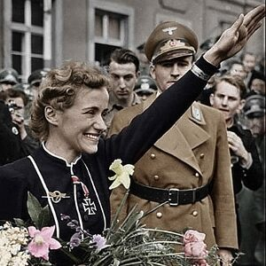 imagen de hanna reitsch saludando con el gesto nazi