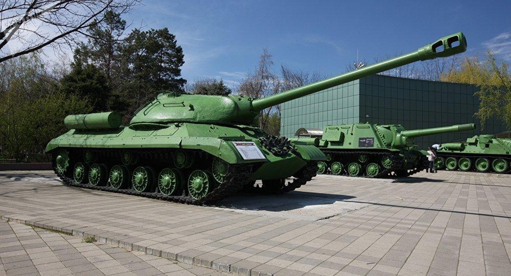 tanque ruso is 2 expuestos en una explanada